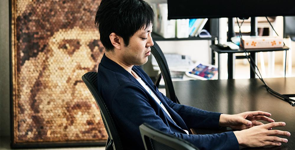インタビューを行った石川さんのオフィスのミーティングルームには、さまざまな種類のユニークなアート作品が点在。写真の背後にあるワインの使用済みコルクを使ったレオナルド・ダ・ヴィンチの肖像画は、石川さんの友人でもあるソムリエでコルクアーティストの久保友則さんの作品。こんなところからも石川さんの人脈の広さが伺える。