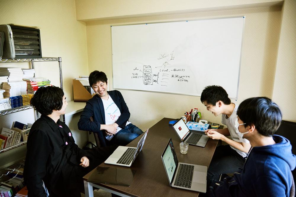 インタビュー終了後にハビテックで行われた、Sansan Data Discoveryとしてのパリでの学会発表のためのミーティング。Sansan Data Discoveryは、Sansanの名刺データ化とR&Dを行うDSOCと、石川さんなど外部の識者が共同で研究していくプラットフォームで、Sansanに貯まるコネクションデータから「まったく新しい価値」を導き出すべく活動している。