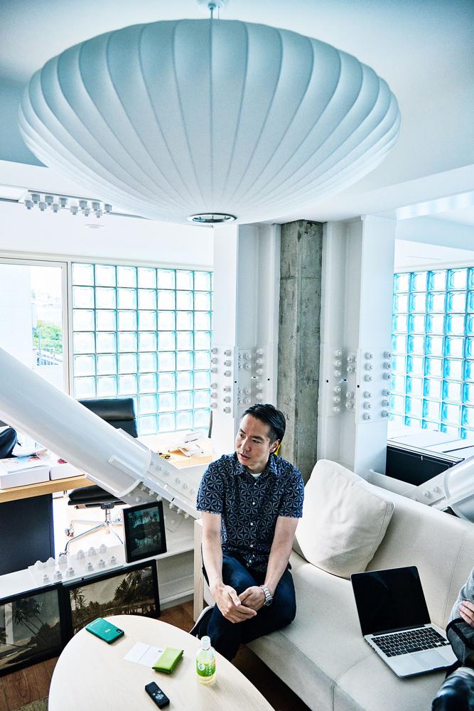 インタビューが行われたオフィス奥に位置する社長室は、白を基調としたソファや照明など、並木さんお気に入りのアメリカ西海岸スタイルの内装をベースにしたシンプル&クリーンな設え。室内には友人のアーティストによるアートピースや以前一緒に仕事をしたショーン・ステューシーのサイン入りサーフボードなどが飾られ、まさに並木さんワールド全開。