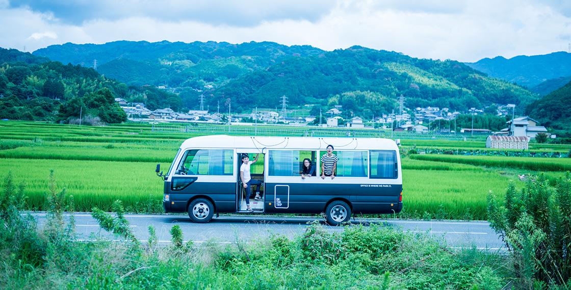 仲間とほぼDIYで完成させたON THE TRIPのバン。ガイドをつくる場所に1カ月〜数カ月滞在し、そこで車中生活しながらコンテンツ制作を行っている。基本メンバーはコンテンツをつくる成瀬さんとライター、カメラマンで、エンジニアなどの技術系メンバーは東京ベース。写真は、バンが完成して最初に赴いた奈良の地にて。
