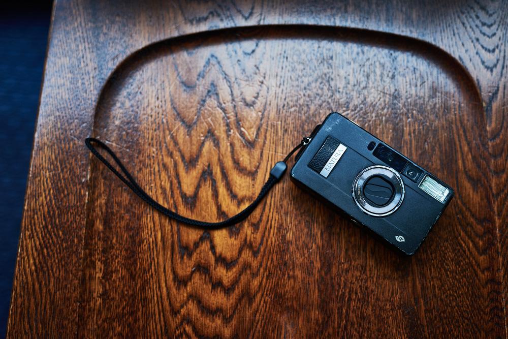 旅の相棒として最近使っているのが、富士フィルムの名品コンパクトフィルムカメラ「NATURA BLACK  F1.9」。ON THE TRIPの撮影を担当する写真家、本間寛さん所有のものを借りていて、明るい広角レンズが気に入っているという。曰く「フィルムの独特の質感に最近ハマってるんですよね」。