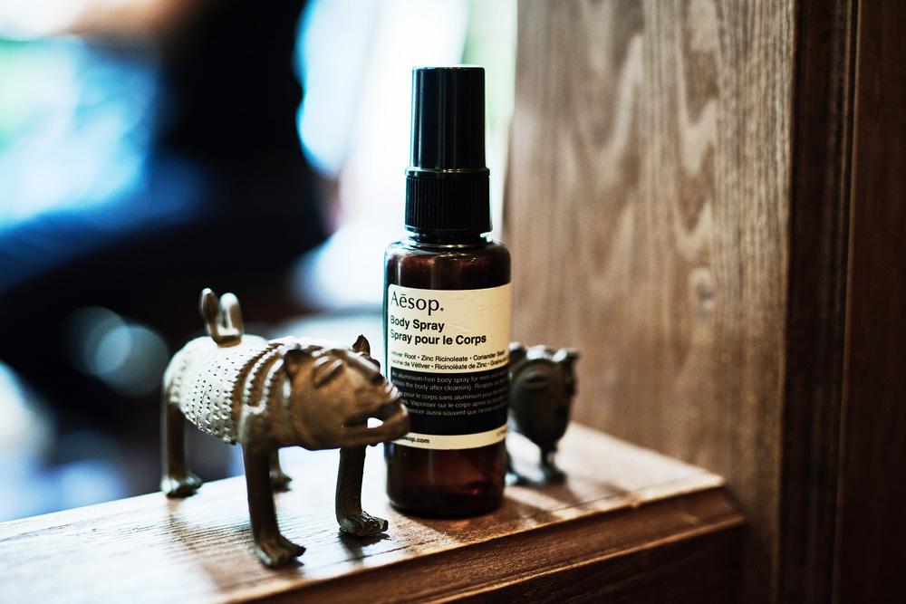 温泉やサウナで毎日入浴することはできるとはいえ、狭いバンでの生活ではやはり匂いに敏感になりがち。成瀬さんはもともと香りに興味があったそうで、ボディスプレーを常に持ち歩いている。最近のお気に入りが、オーストラリア発のイソップの「ボディスプレー 14」。11種類の上質なエッセンシャルオイルを配合したリフレッシュ効果の高い逸品だ。