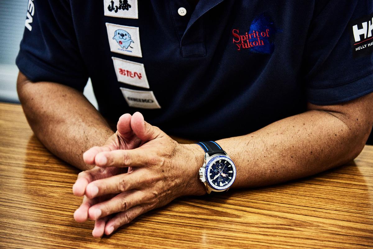 ポロシャツの胸には、八海山、フジタ製薬、京都銘菓おたべ、セイコーウオッチのスポンサーロゴが並ぶ。ポロシャツやセーリングジャケットは、ノルウェーの防水ウェアメーカーとして140年以上の歴史を誇るヘリーハンセンがサポート。腕時計は、「ヴァンデ・グローブ」参戦のために開発された白石康次郎モデルの「セイコー プロスペックス マリーンマスター オーシャンクルーザー」。