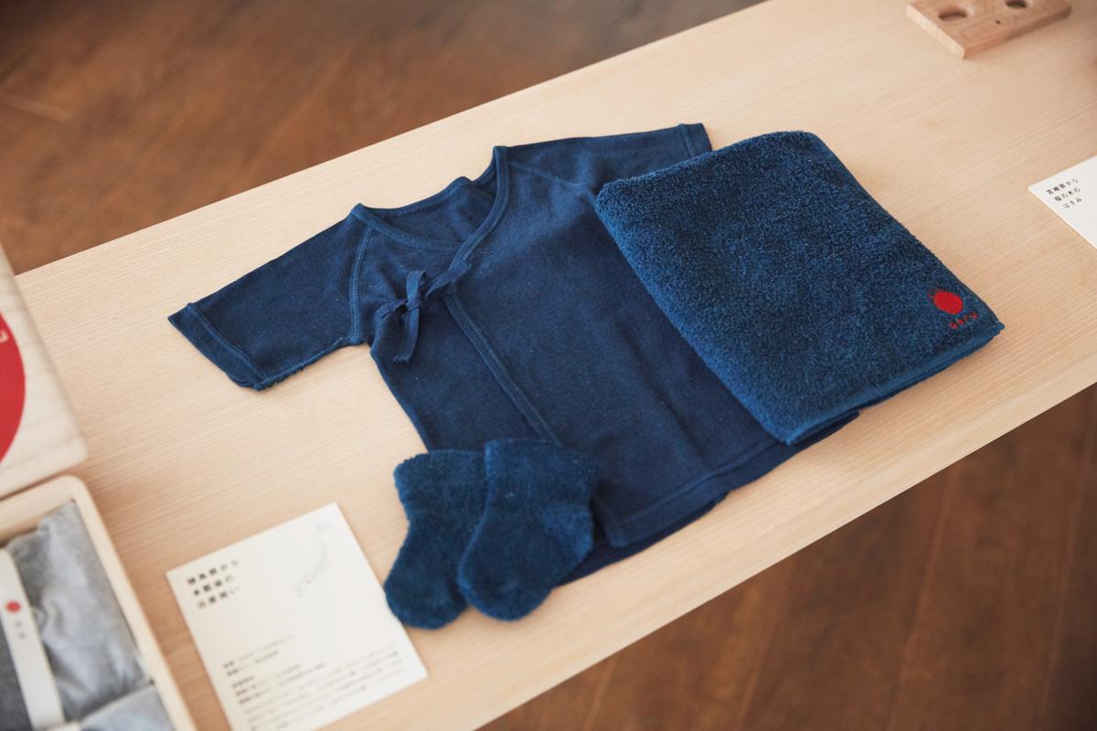 """伝統や先人の智慧と、現代の感性・感覚を和えたオリジナル商品シリーズ""""0から6歳の伝統ブランド aeru""""。『徳島県から 本藍染の 出産祝いセット』は、本藍染職人が30回前後丁寧に染め上げたもの"""