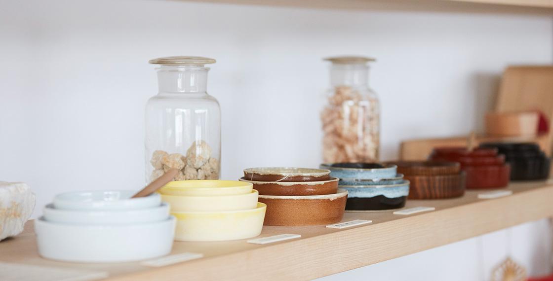 砥部焼(愛媛)、大谷焼(徳島)、津軽焼(青森)、山中漆器(石川)など、全国各地の職人さんと手作りした「こぼしにくい器」シリーズ。陶磁器、半磁器、漆器など素材も様々だ。