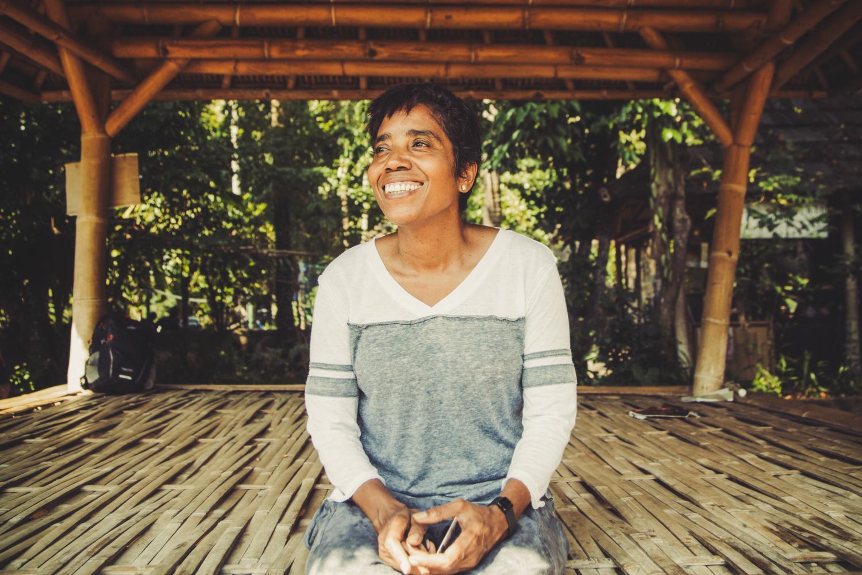 2015年のインパクト・ヒーロー、ベラ・ガルヨス。人身売買、解放運動、亡命の末、10年前にハワイ大学で明日香さんと出会う。長い独立紛争を終えてインドネシアから独立したばかりの荒廃した東ティモールで、子どもたちに「育む心」を根付かせようとルブロラ・グリーン・スクールを設立した。