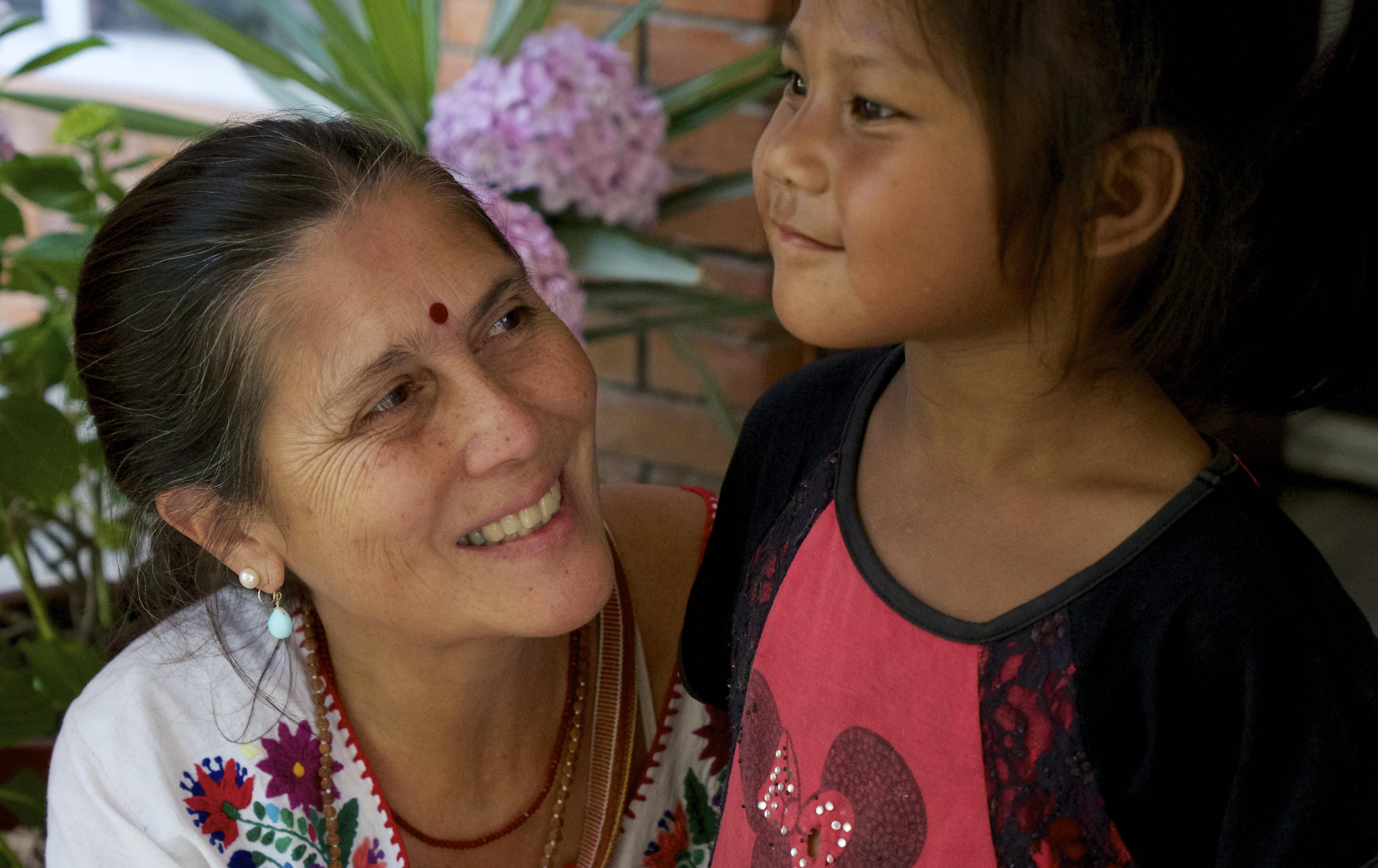 Earth Companyでは毎年一人を「インパクト・ヒーロー」に選出、1,000万円以上のファンドレイジングなど、3年間を通じて支援する。2016年に選ばれたブミセハット国際助産院代表のロビン・リムは、「現代のマザー・テレサ」とも呼ばれる助産師。インドネシア、フィリピンや世界各地の被災地で 貧困、紛争、災害などの理由で医療を受けられない妊産婦・一般患者に対し365日、24時間、無条件に、医療ケアを無償提供する。