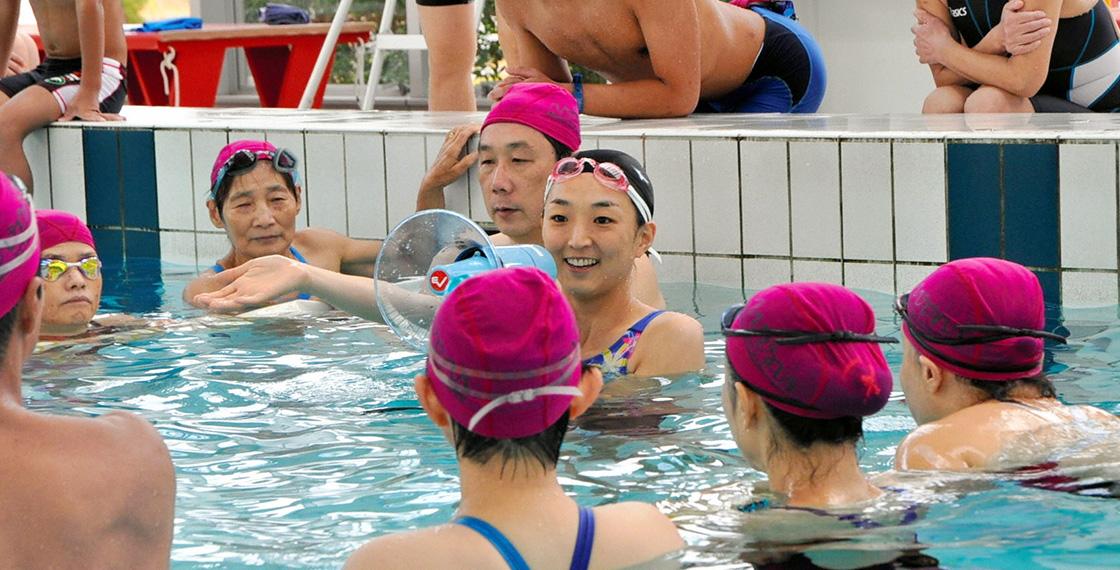 水泳教室で指導する岩崎さん。泳ぐ楽しさを伝える活動を全国で行っている。=2010年、松山市市坪西町 ©朝日新聞社/アマナイメージズ