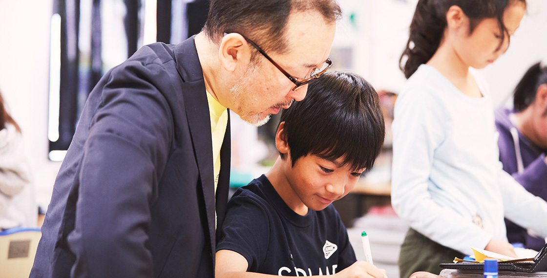 横浜校の授業の様子。竹内さんももちろん、算数などを担当する先生をつとめています