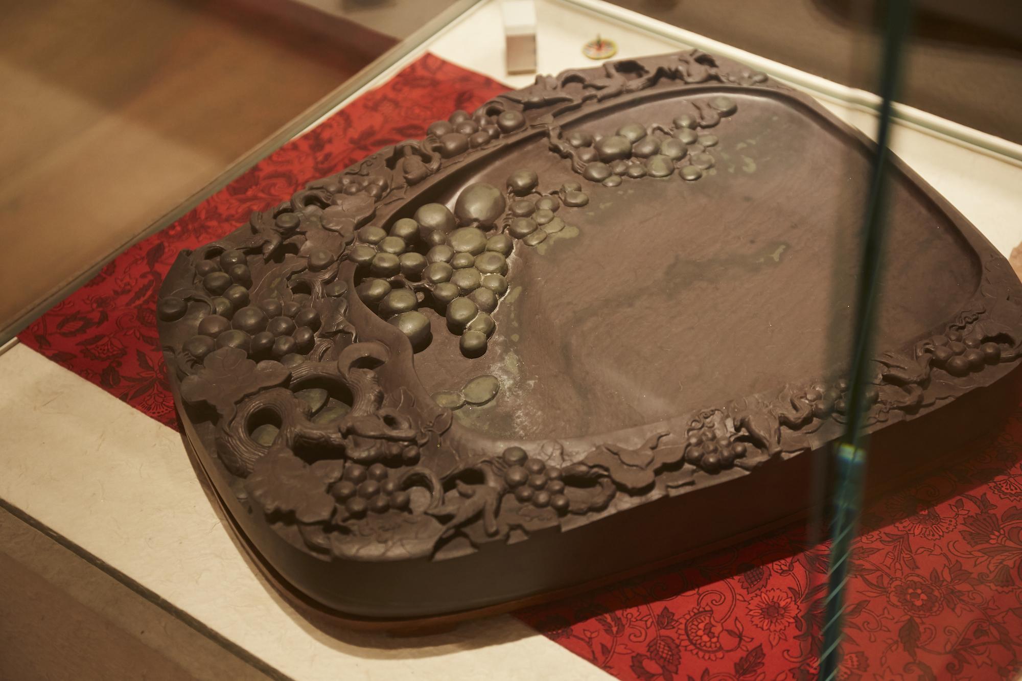 中国の端渓と呼ばれる地域で産出された硯。現在は閉山され、希少性が増している貴重な一点。