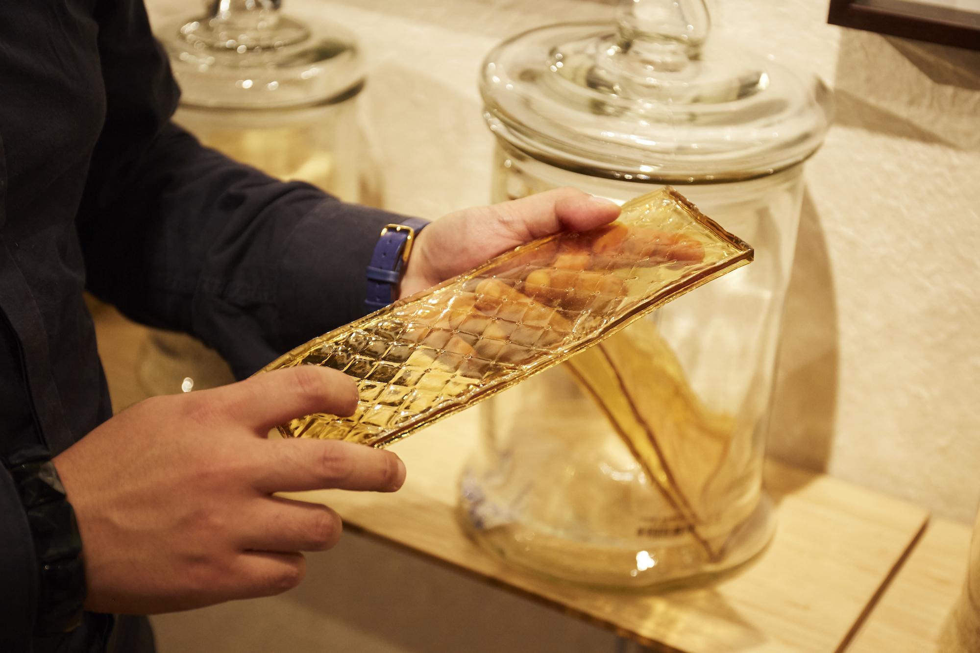 牛を煮出して作られた板状の膠で、1980年ごろに作られたもの。日本画ではこれを糊剤にして顔料を定着させる。